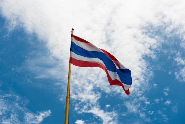 Thailand-flagge mit blauem himmel