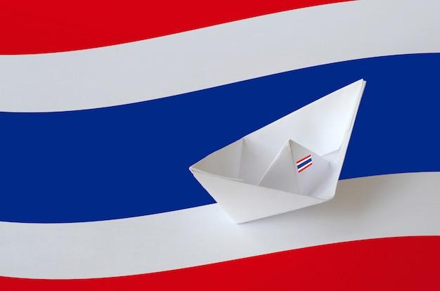 Thailand flagge mit papier origami schiff