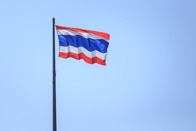 Thailand-flagge über himmelhintergrund in phuket