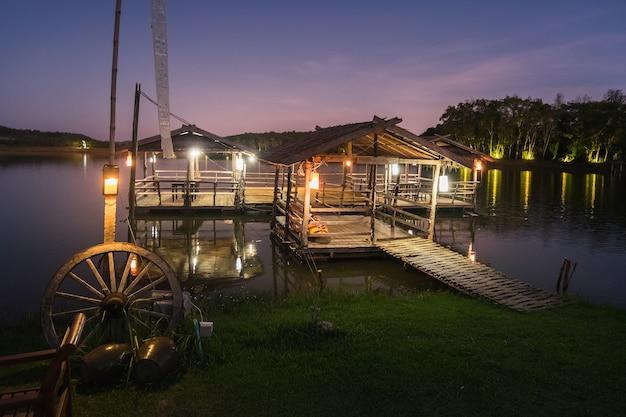 Thailand-landschaft: lokales tourismusboothaus auf einem fluss nachts