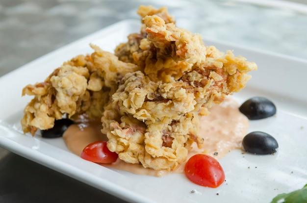 Thailand-lebensmittel, das krabbensalat enthält. kräuter und gemüse von thailand