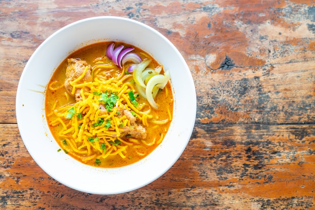 Thailand-nordart-curry-nudelsuppe mit huhn
