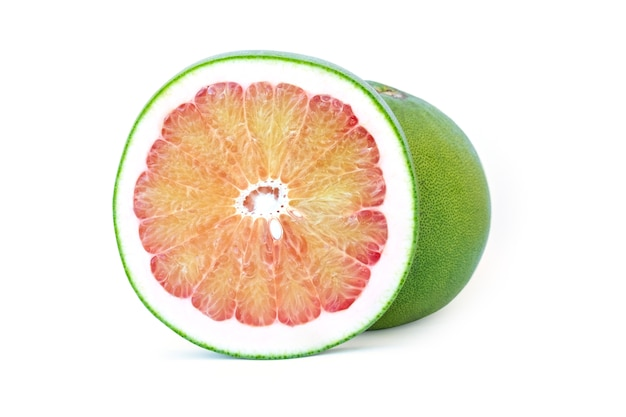 Thailand pampelmuse frucht lokalisiert auf weißem hintergrund, süße zitrusfrucht eine in zwei hälften mit schnittpfad geschnitten