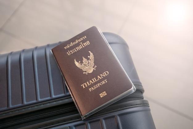 Thailand-pass auf dem gepäck am flughafen