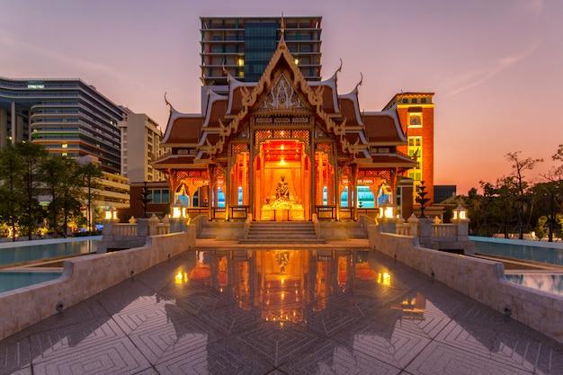 Thailand-pavillon an der zeit siriraj-krankenhauses in der dämmerung, thailand