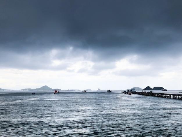 Thailand-seeboot mit landschaft des bewölkten himmels