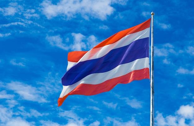 Thailand-staatsflagge auf dem fahnenmast gegen himmelhintergrund