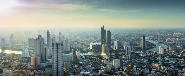 Thailand-stadtbild auf sonnenuntergang
