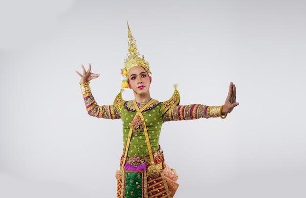Thailand tanzen in maskierten khon-aufführungen auf grau. thailändische kunst mit einem einzigartigen kostüm und tanz.