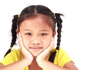 Thailändisches Mädchen getrennt auf weißem Hintergrund