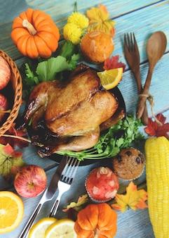 Thanksgiving-abendessen mit truthahn gemüse obst serviert im urlaub thanksgiving-tisch feier traditionelles ambiente essen oder weihnachten tisch dekoriert viele verschiedene arten von lebensmitteln