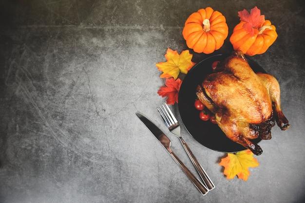 Thanksgiving-abendessen mit truthahn und kürbis am feiertag thanksgiving-tabelle feier traditionelle einstellung essen oder weihnachten tafelspeise dekoriert