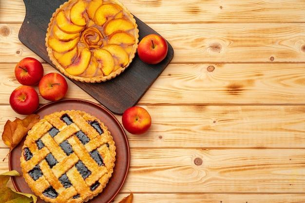 Thanksgiving-beeren- und apfelkuchen auf holzoberfläche