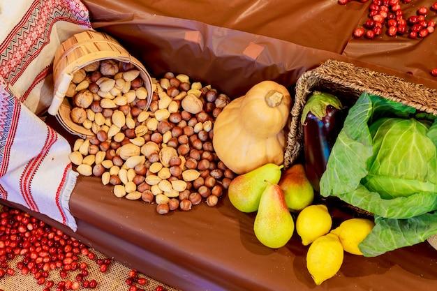 Thanksgiving day obst gemüse herbst zusammensetzung kürbisse und mais