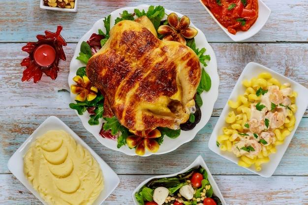 Thanksgiving day party tisch mit traditionsessen.