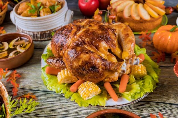 Thanksgiving-dinner mit truthahn, apfelkuchen, kürbis.