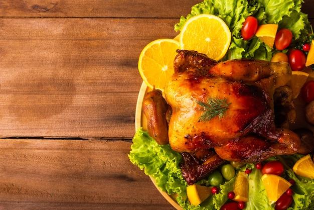 Thanksgiving gebratener truthahn oder huhn und gemüse auf holztisch