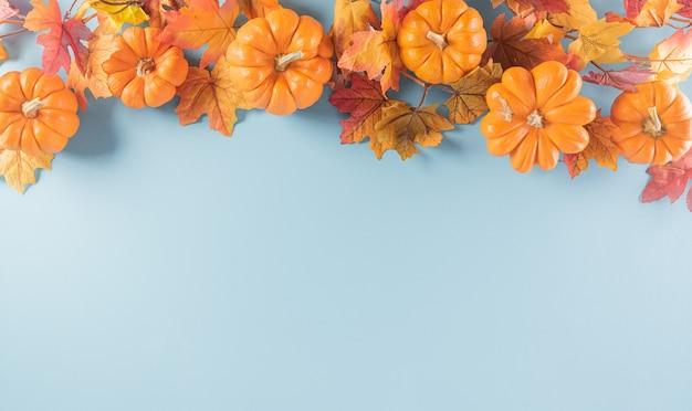 Thanksgiving-hintergrunddekoration aus trockenen blättern und kürbis