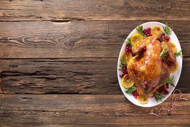 Thanksgiving-huhn auf holztisch-galadinner