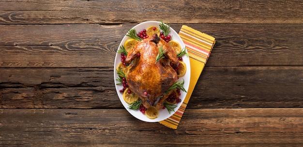 Thanksgiving-huhn auf holztisch