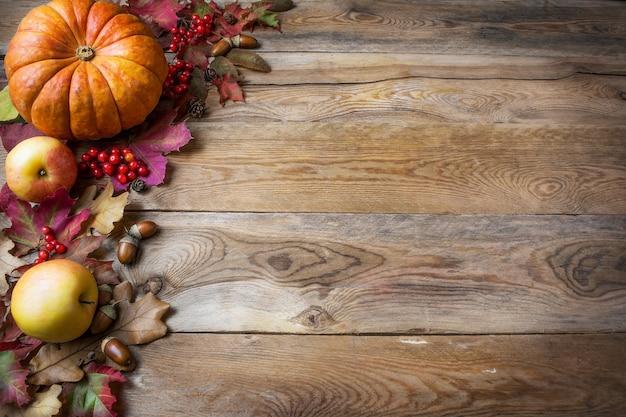 Thanksgiving oder herbst begrüßung mit kürbissen, beeren und herbstlaub