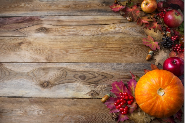 Thanksgiving oder herbst begrüßung mit kürbissen und herbstlaub
