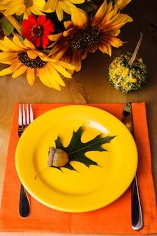Thanksgiving-party: serviertisch für ein abendessen