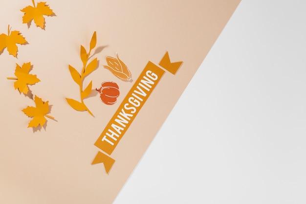 Thanksgiving-schriftzug auf dem tisch