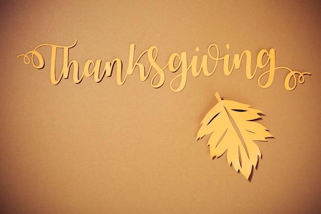 Thanksgiving-schriftzug mit großer broschüre