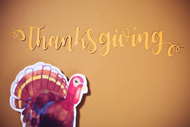 Thanksgiving-schriftzug mit truthahnpapier