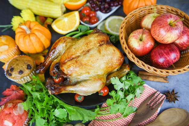 Thanksgiving-tisch feier traditionelles ambiente essen, tisch dekoriert mit essen thanksgiving-abendessen