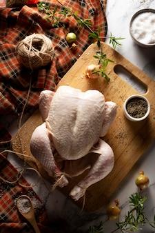 Thanksgiving-truthahn-sortiment auf dem tisch