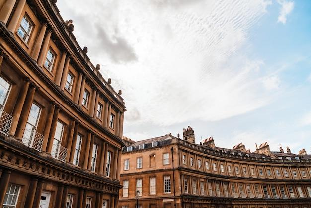 The circus - die ikonischen architekturgebäude im britischen stil. die historische straße der großen stadthäuser in der stadt bath.