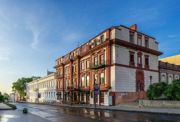 Theaterplatz und historische gebäude in odessa