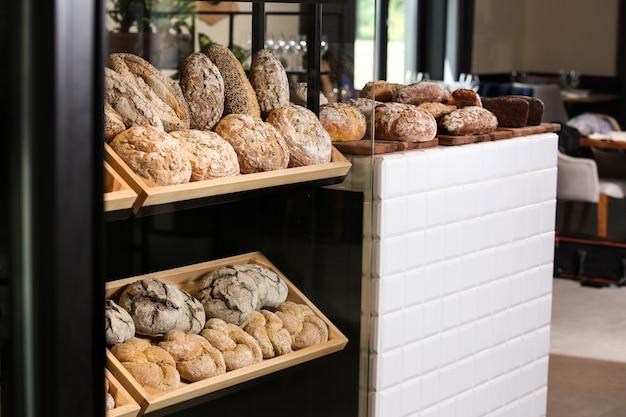 Theke mit verschiedenem frischem brot in der bäckerei