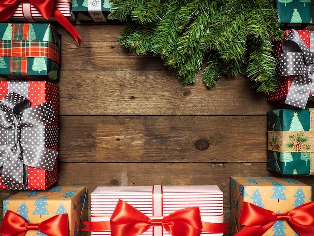 Thema der frohen weihnachten auf einem hölzernen hintergrund mit weihnachtsbaum