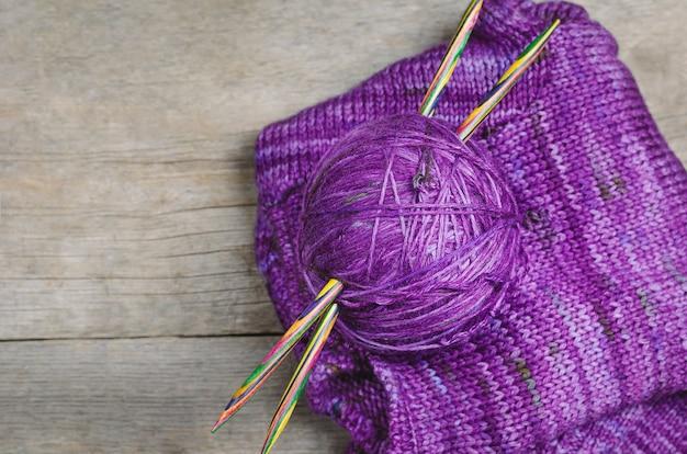 Themen für das stricken auf hölzernem hintergrund. zubehör zum stricken.