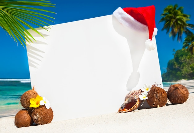 Themenorientierter kopienraum des weihnachten auf dem strand.