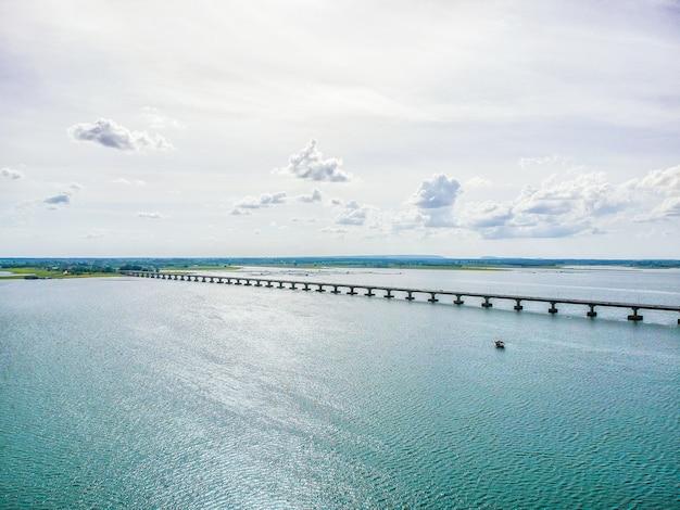 Thep sada bridge ist eine zweispurige stahlbetonbrücke in kalasin, thailand.