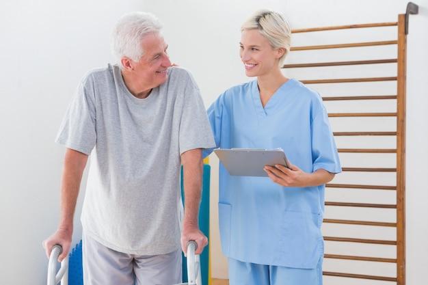 Therapeut, der älteren mann anregt