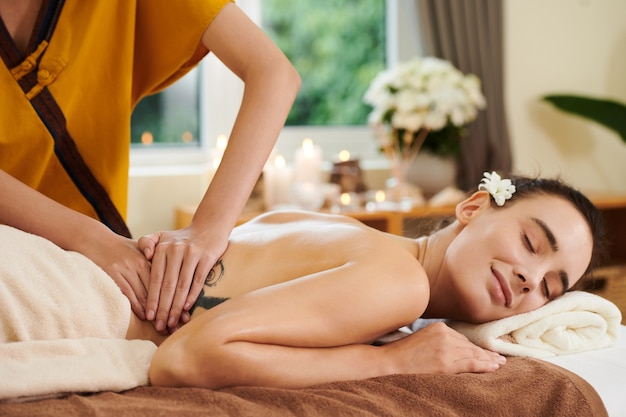 Therapeut macht massage im spa-salon