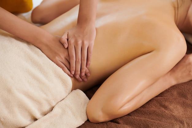 Therapeut macht medizinische massage