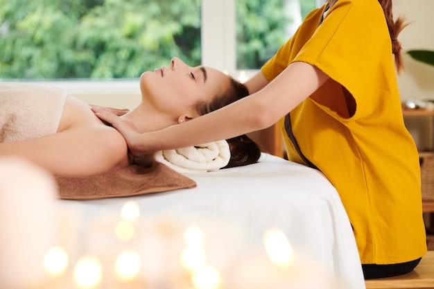 Therapeut mit kunde im spa-salon