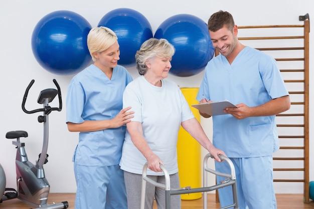 Therapeuten mit ungültiger älterer frau