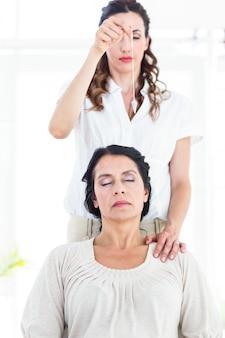 Therapeutin hypnotisiert ihren patienten