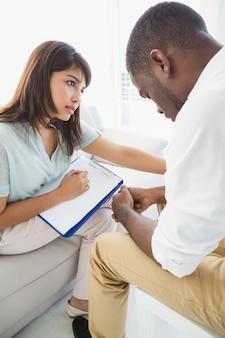 Therapeutin tröstet ihren verärgerten patienten