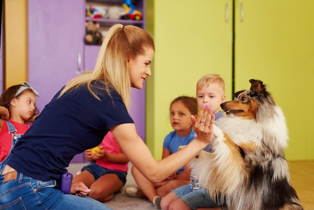 Therapiehund, der frau die pfote gibt