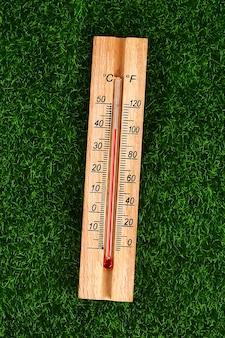 Thermometer, der hohe 40-grad-heiße temperaturen am sonnensommertag anzeigt.