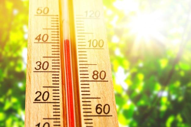 Thermometer mit hohen 40 grad heißen temperaturen am sonnensommertag.