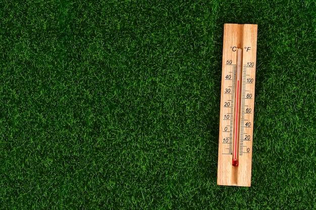 Thermometer mit hohen 40 grad heißen temperaturen am sonnigen sommertag.